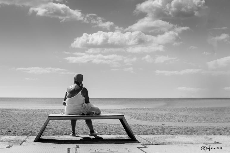 Sola mirando al mar